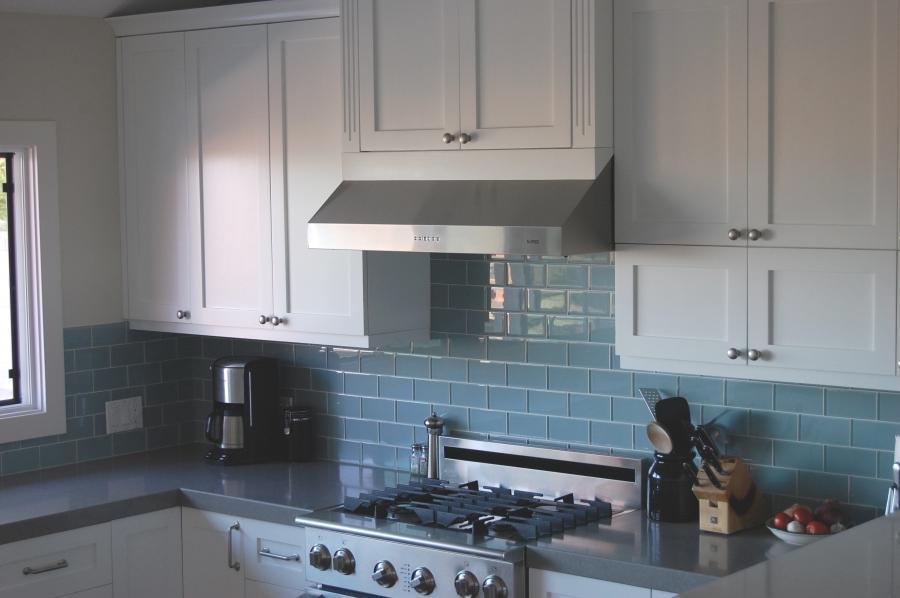 Glass tile kitchen photos for Elegant horizontal glass tile backsplash