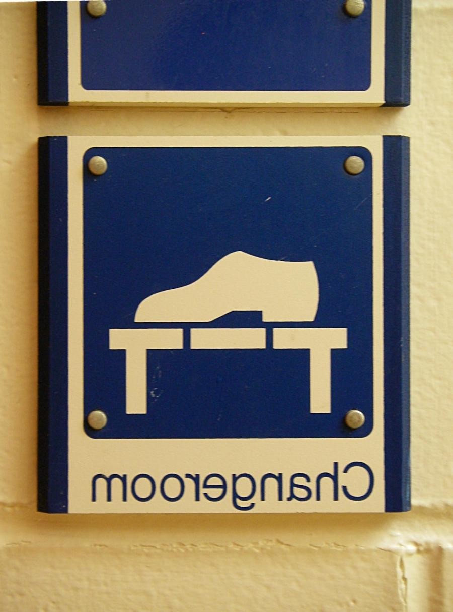 File:Changeroom symbol on sign close up.jpg