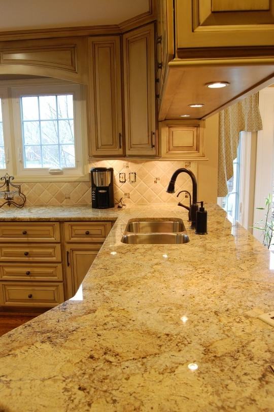 Kitchen photos with oak cabinets for Can you replace kitchen cabinets without replacing countertop