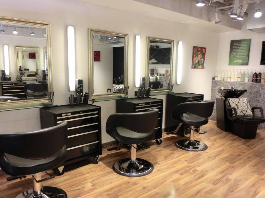 Photos of salon interiors for Pictures of beauty salon interior designs