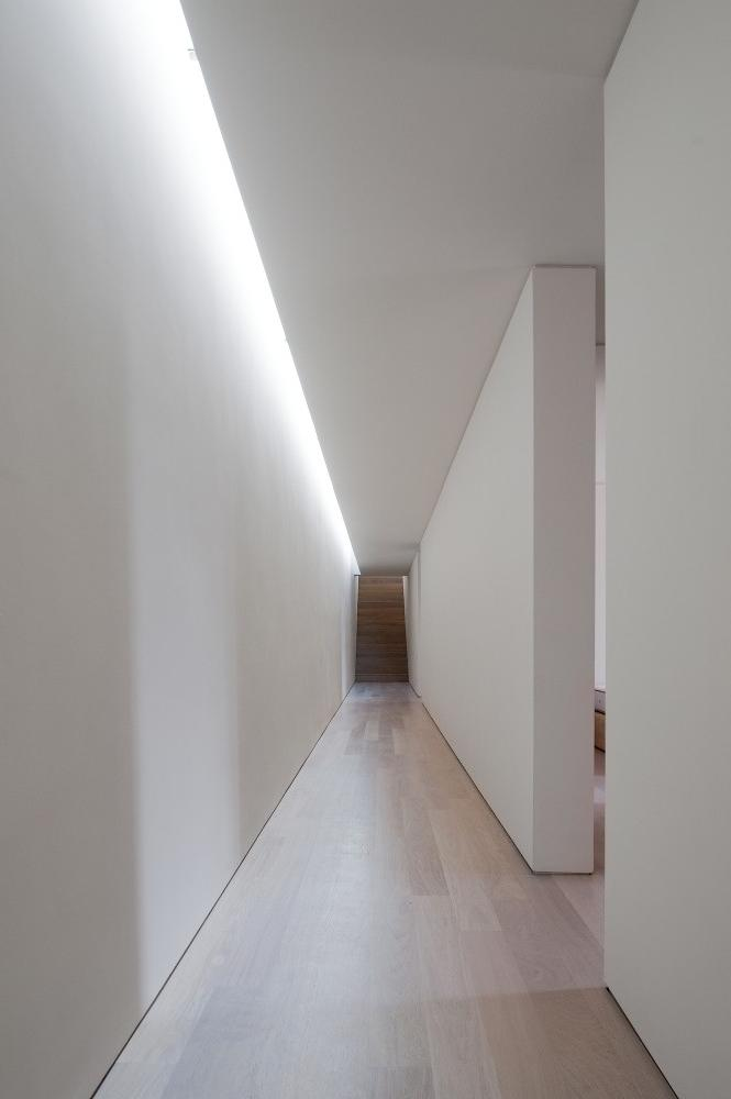 white-corridors-design-with-laminate-floor-systems