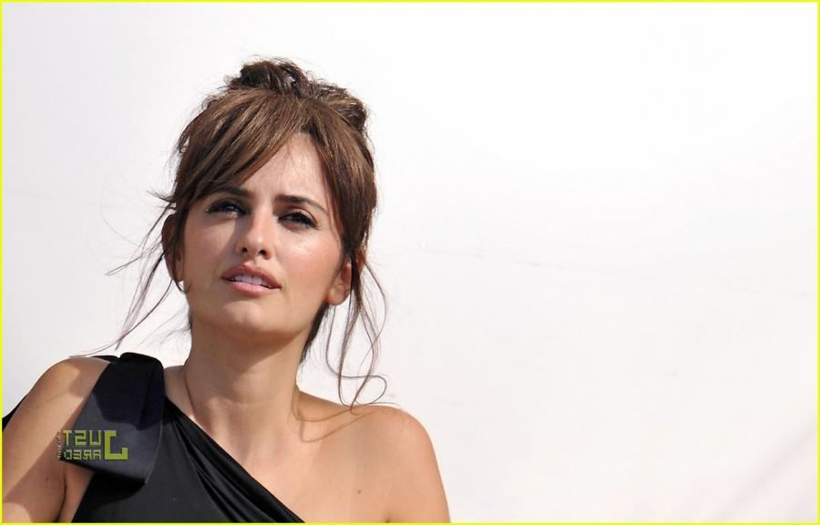 penelope cruz birthday balcony photo shoot 01