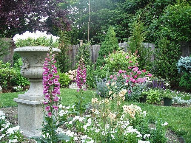Formal english gardens photos for Formal english garden designs