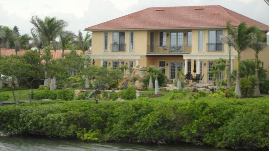 Celebrity homes open khelvi style zameen blog - Photos Of Stars Houses