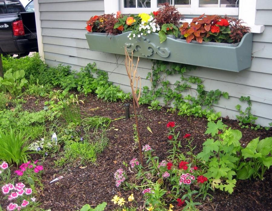 Photos front yard flower beds for Front yard flower beds