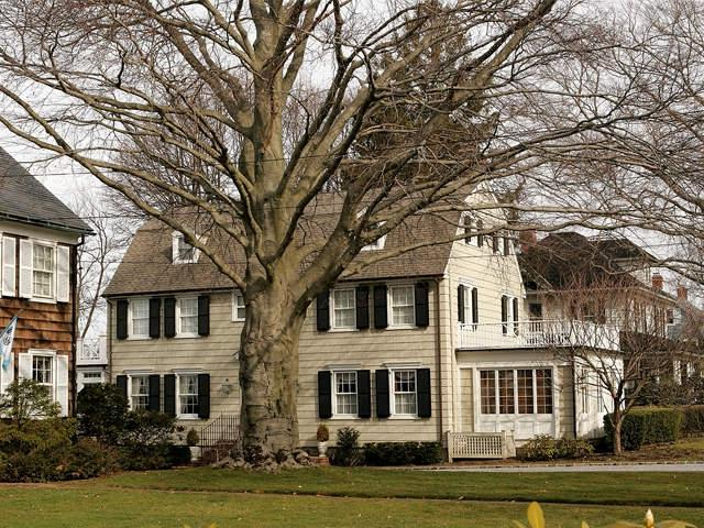 Amityville horror house real estate photos for The amityville house for sale