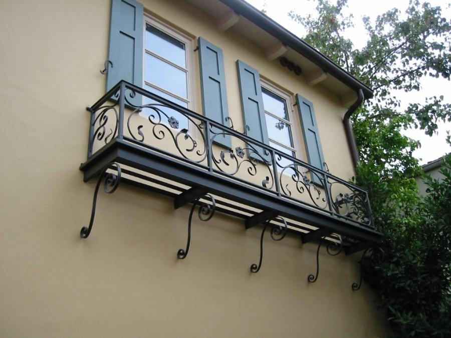 Amazing Black Small Balcony Design Idea For Great Ivory Home...