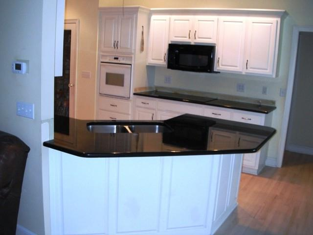 Black galaxy granite kitchen photos for White kitchen cabinets with black galaxy granite