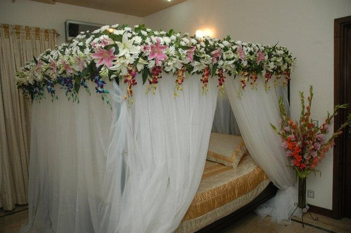 First night room decoration photos for Bed decoration with flowers and balloons