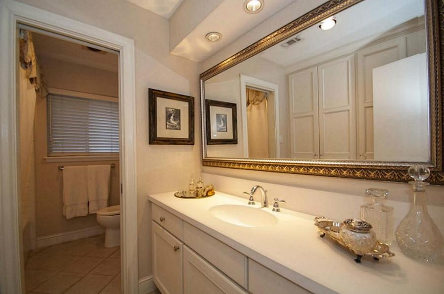 Hall / Guest Bath - All new custom cabinets in 2009. Upgraded...
