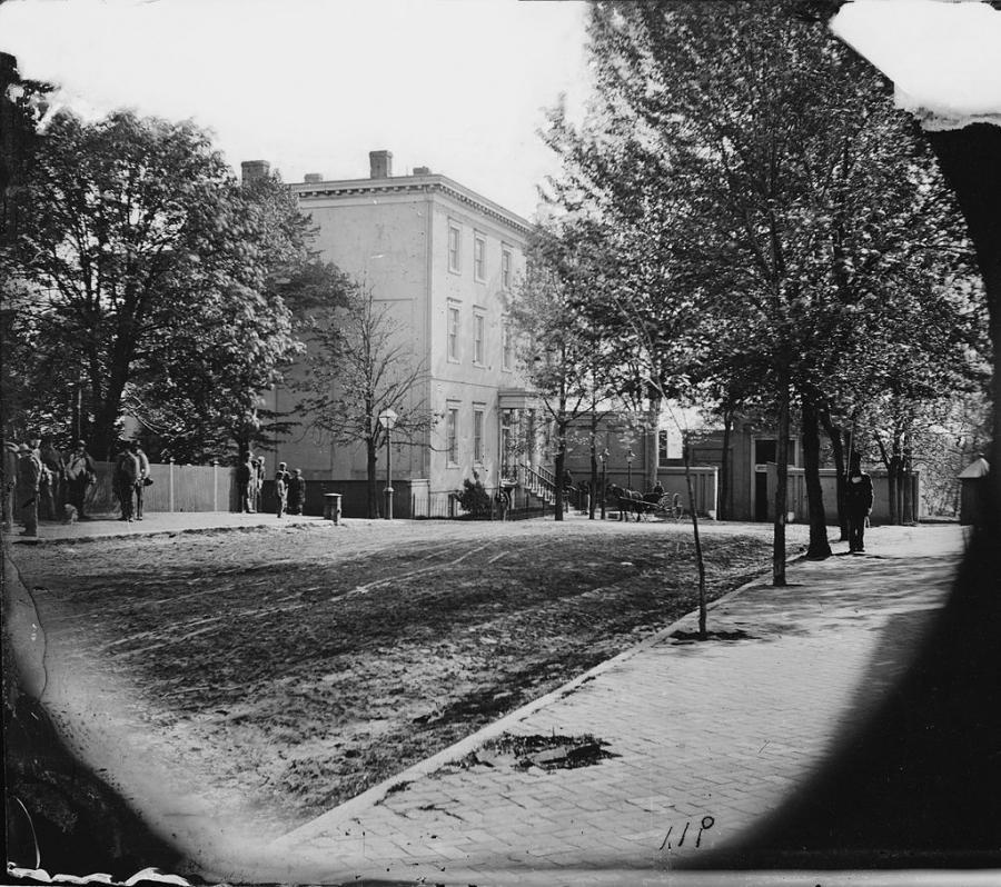 Lincoln Grand 8 >> White house photos 1865