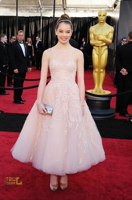 Hailee Steinfeld at Oscars 2011 Red Carpet 150x150 Mandy Moore at...