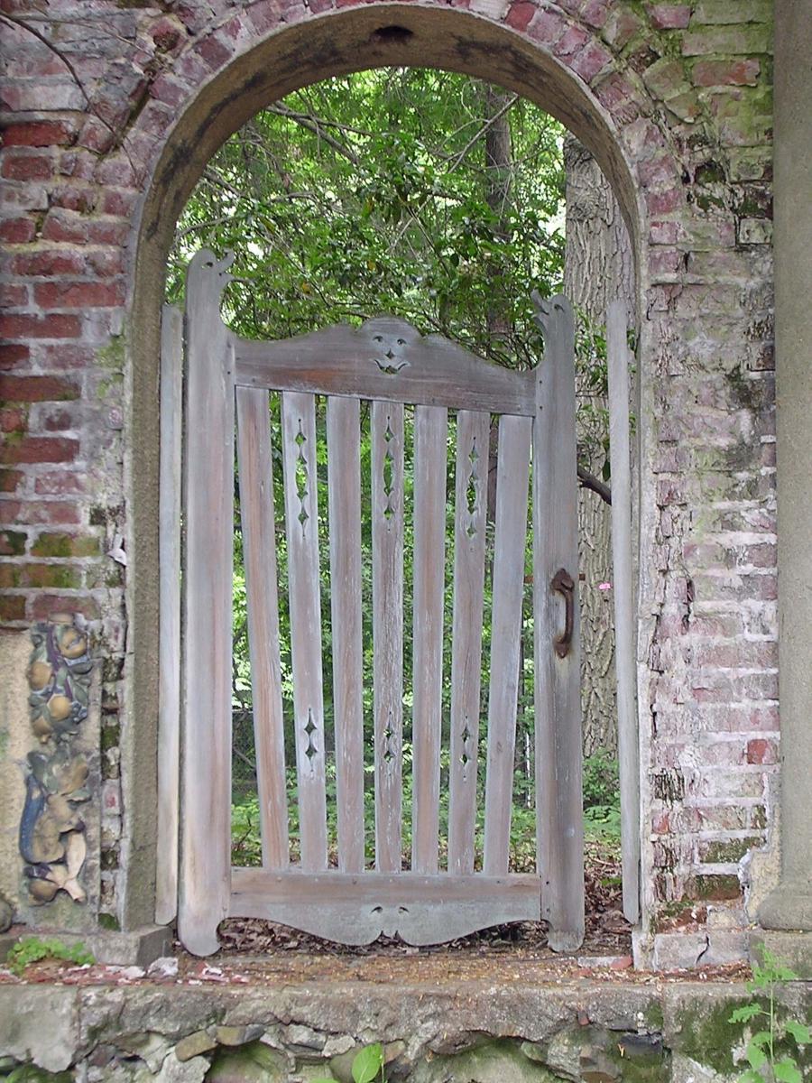 Garden gate photos for Rustic garden gate designs