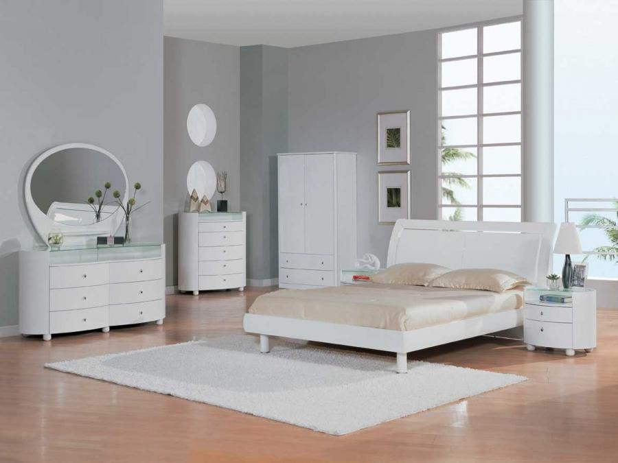 Classic white wall color and comfy white bed in comfy white...