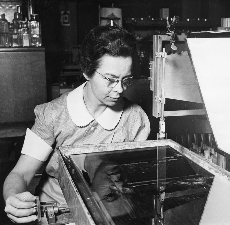 Katharine Burr Blodgett 1898 1979 Demonstrating Equipment In