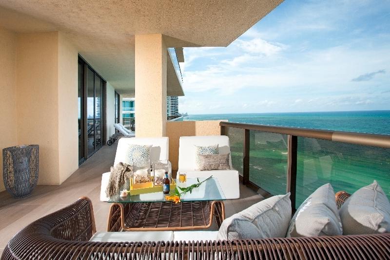 Apartment miami photo for Decoracion balcones modernos
