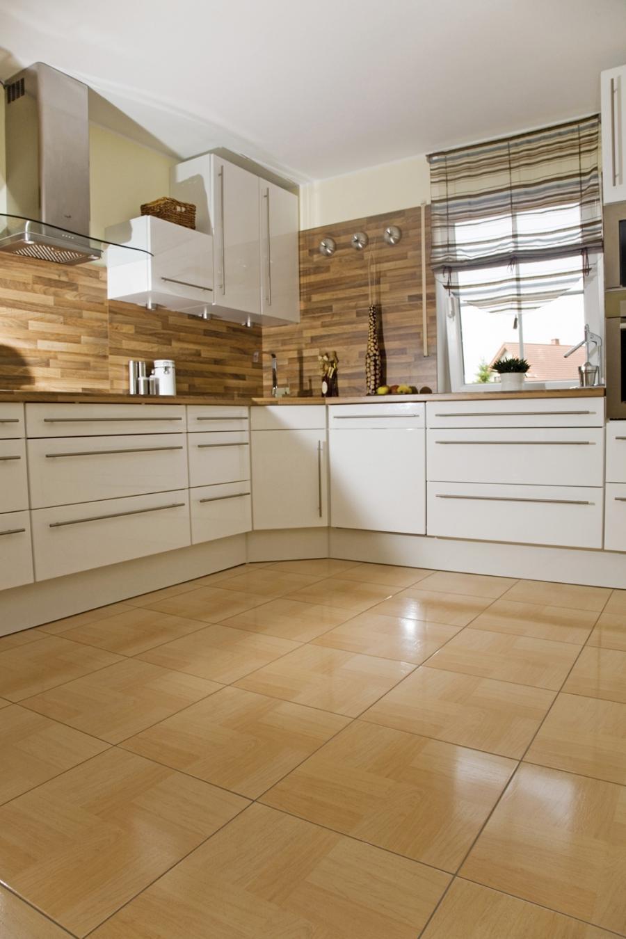 Дизайн пола из плитки в кухне