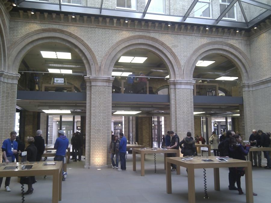 The emptiness of Appleu store in Covent Garden