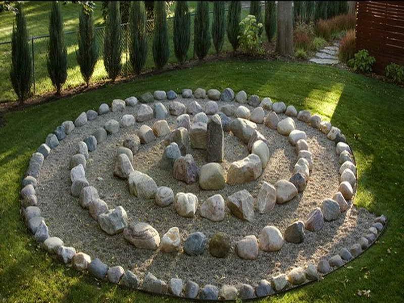 Клумбы из камня во дворе частного дома своими руками 72