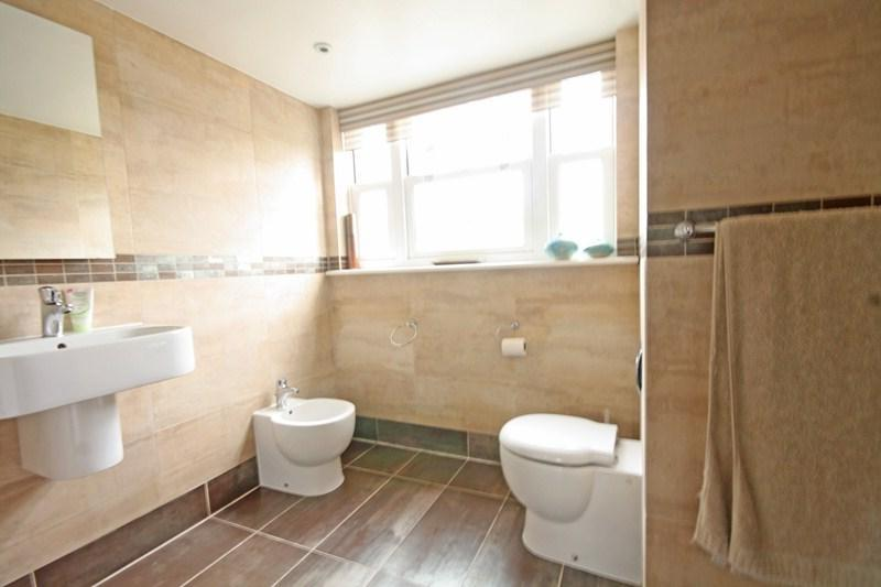 White and beige bathroom photos for Brown and beige bathroom ideas