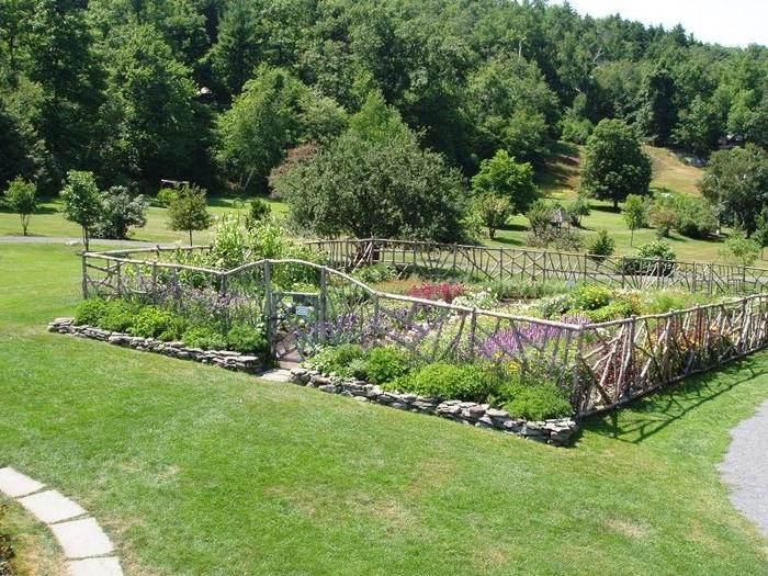 Photos of decorative vegetable gardens for Decorative vegetable garden fencing
