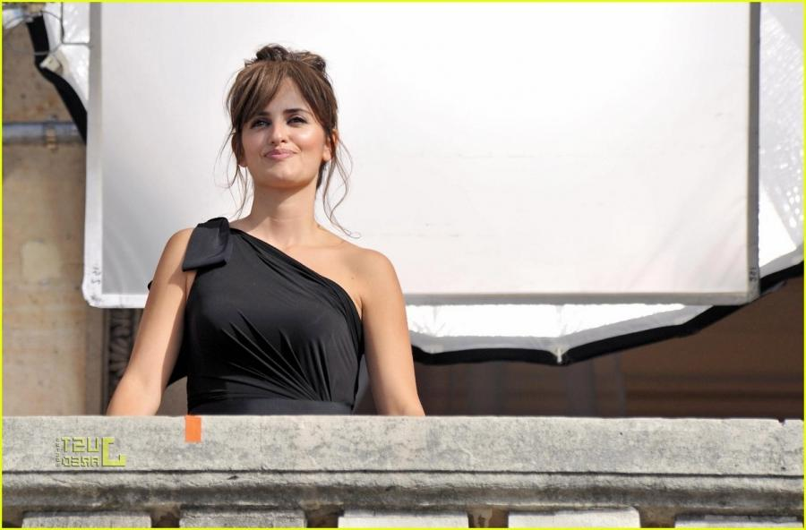 penelope cruz birthday balcony photo shoot 03