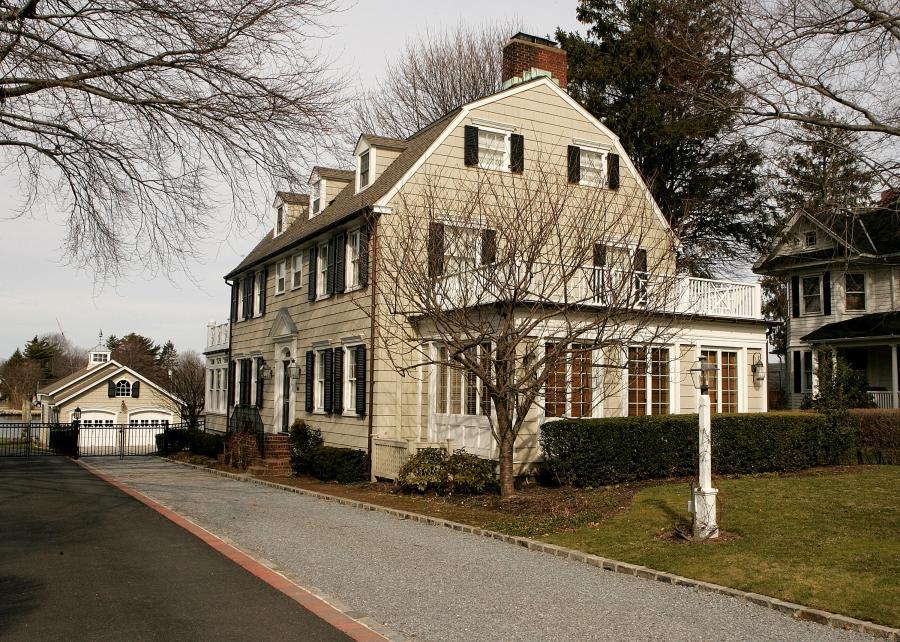 Amityville horror house for sale inside photos for The amityville house for sale
