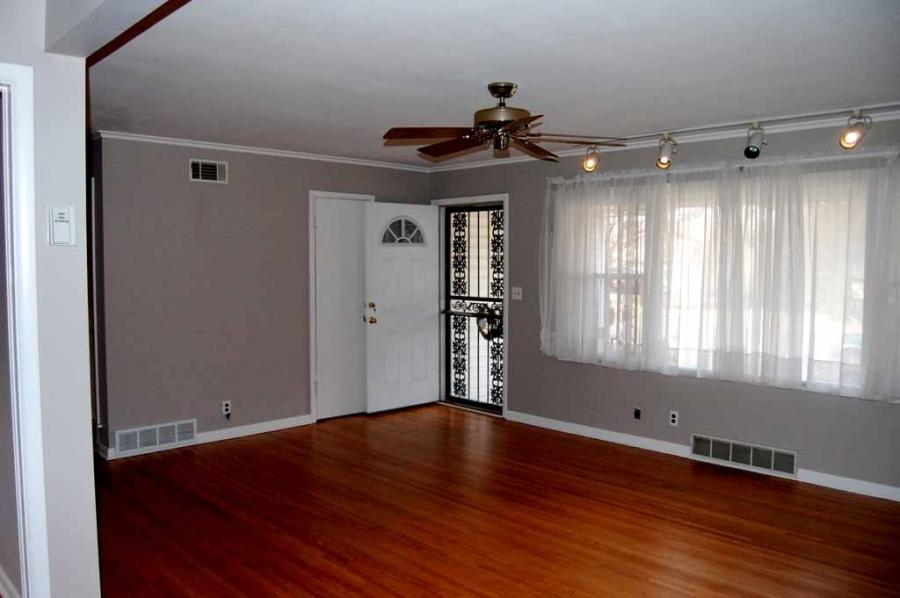 Room photos crown molding for Crown molding ideas for living room